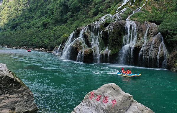 2021年10月3日,游人在湖南张家界市茅岩河风景区体验水上漂流项目。人民视觉 图