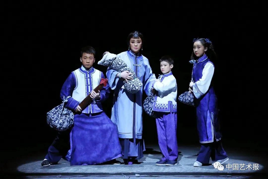京剧《母亲》剧照。