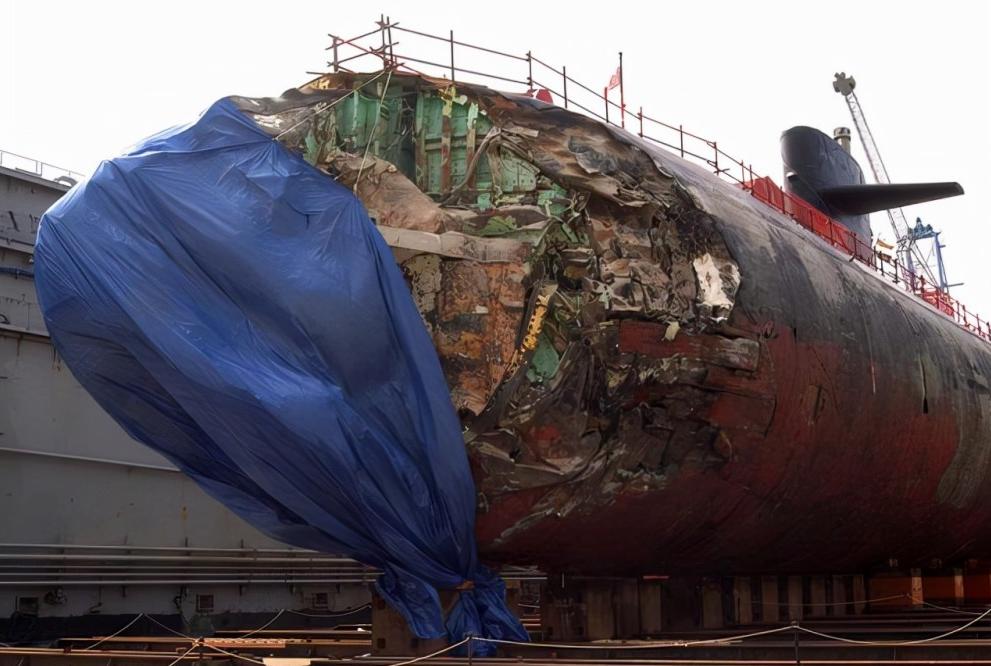 """2005年,美国海军""""旧金山""""号攻击型核潜艇发生撞击事故,艇艏受损严重。"""