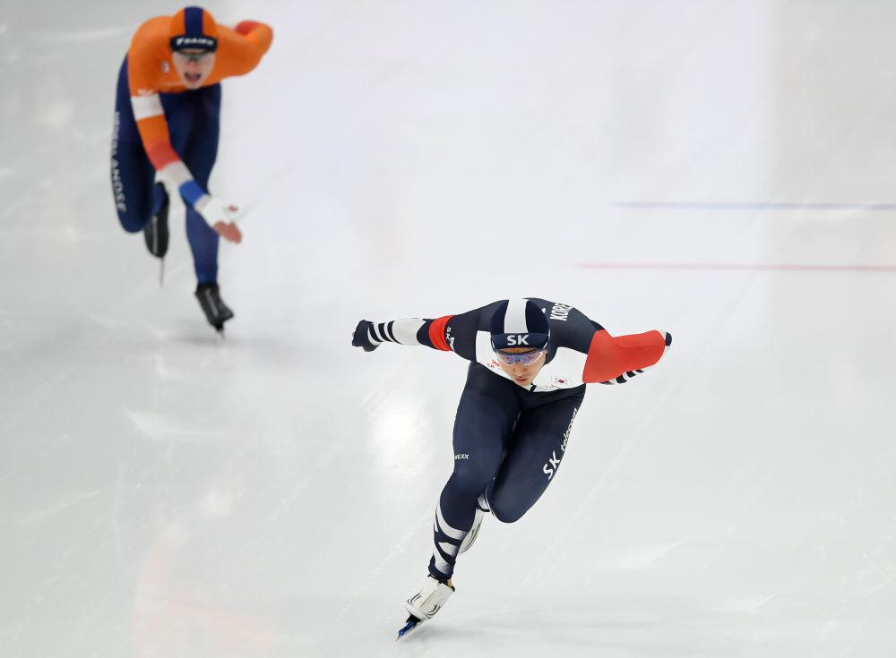 韩国选手金俊昊(右)在男子1000米比赛中。他以1分11秒61的成绩获得第二名。新华社记者张晨霖摄