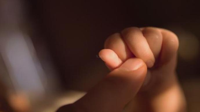 福建一刑满释放男子闹市区抱走3岁小孩,被判有期徒刑8个月