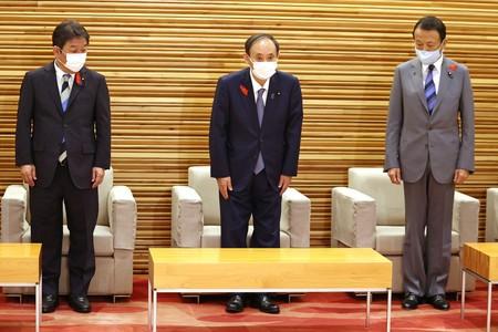 10月4日上午,菅义伟于特别内阁会议。