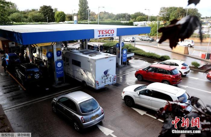 """伦敦等地仍闹""""油荒"""",英国出动200名军人帮运燃油"""