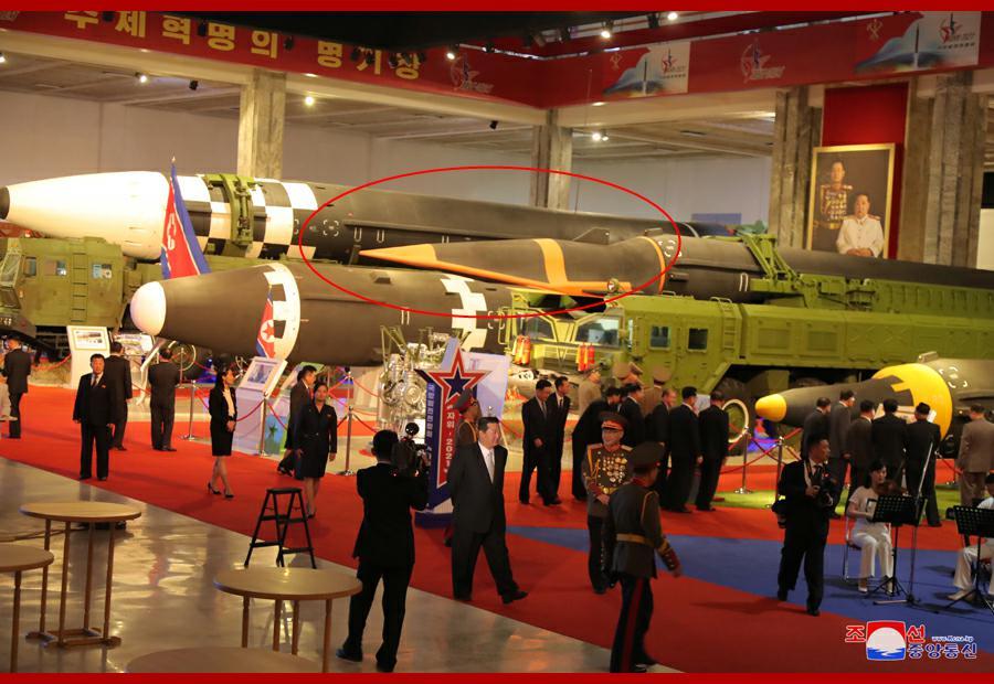 朝鲜首次展示高超音速导弹(红圈处)。