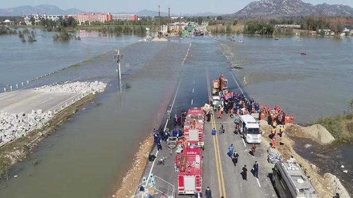 河北通勤车涉水倾覆事故救援:有遇难者在水下十几米处被发现