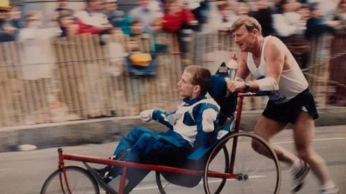 推着脑瘫儿子跑步的父亲去世后,儿子也结束了跑步生涯