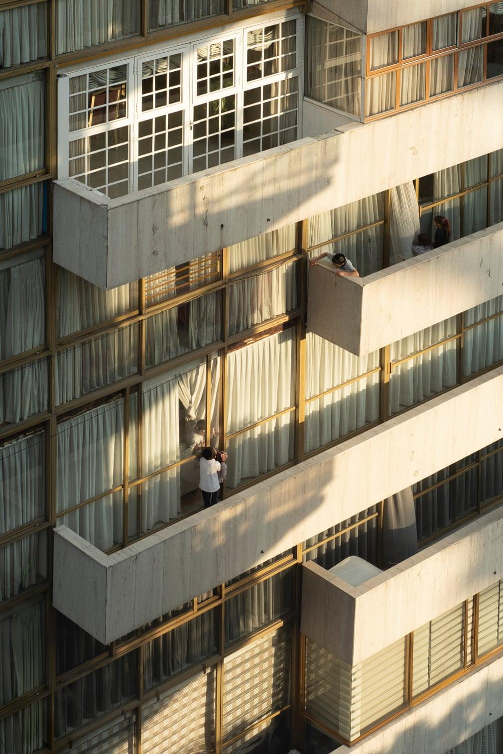 这张照片是2020年10月在墨西哥城一个拥有大型东正教犹太社区的社区Polanco拍摄的。在第一次疫情封锁期间,当教堂和寺庙关闭时,犹太社区每天使用阳台祈祷两次。即使一些最严格的封锁限制开始解除,随着城市空间可以再次被访问,阳台仍然被用作社交和娱乐的户外空间。