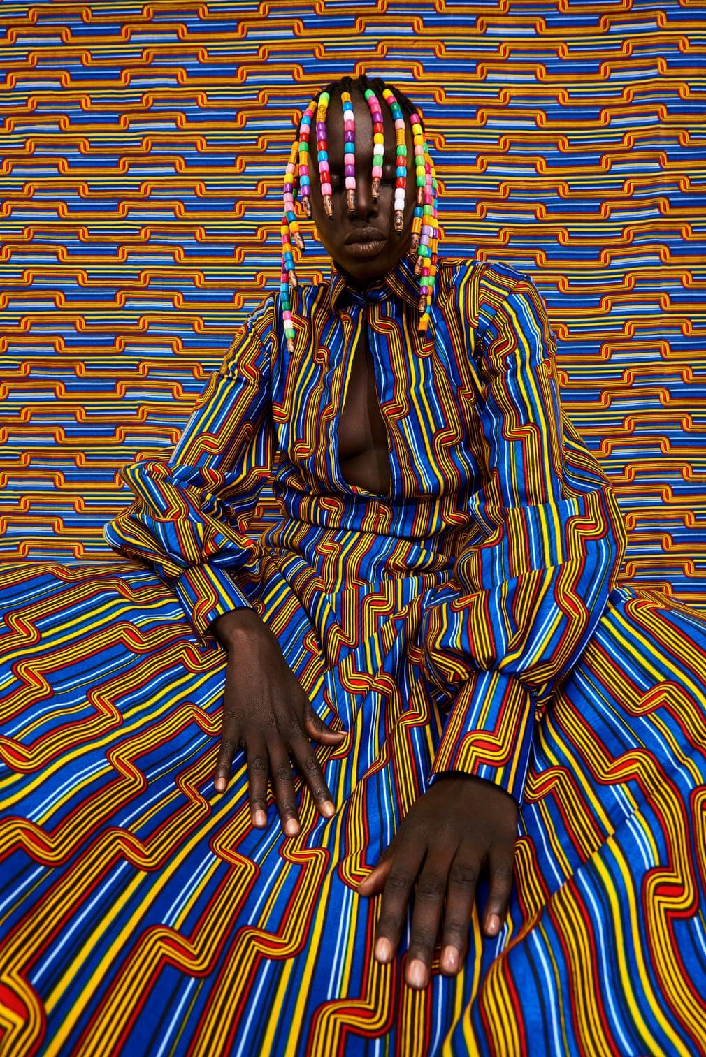 """""""美丽和伟大不只属于诸神""""(非洲谚语)。 头发上的珠饰灵感来自这位艺术家在肯尼亚长大时佩戴和珍藏的珠子。在那里,珠子颜色越鲜艳,头发就越漂亮。 用珠子装饰头发在非洲的美容文化中很常见。"""