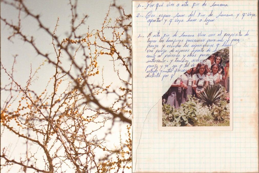 """Paola的父母在婚前曾喜欢在笔记本上记录一些生活细节,比如爱情、人际关系、养育子女等等。她把这本笔记本当作画布,选取了他们写的一些句子还有她找的一些物件。""""这是我妈妈十几岁时的照片,她14岁认识我爸爸,他17岁。这是我妈妈笔记本的一页,还有一些植物。 她喜欢植物。"""""""