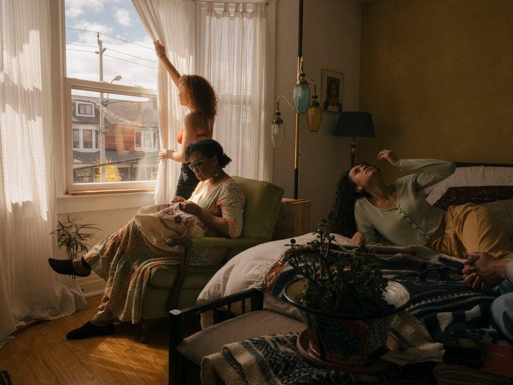 由于新冠疫情影响,多伦多封城,4月一个星期天的下午,隔离中Noritz-Reyes一家. 摄影师Stephanie Noritz用手机远程拍下了这一幕。这是一个仍在持续记录疫情中的家庭生活的项目。