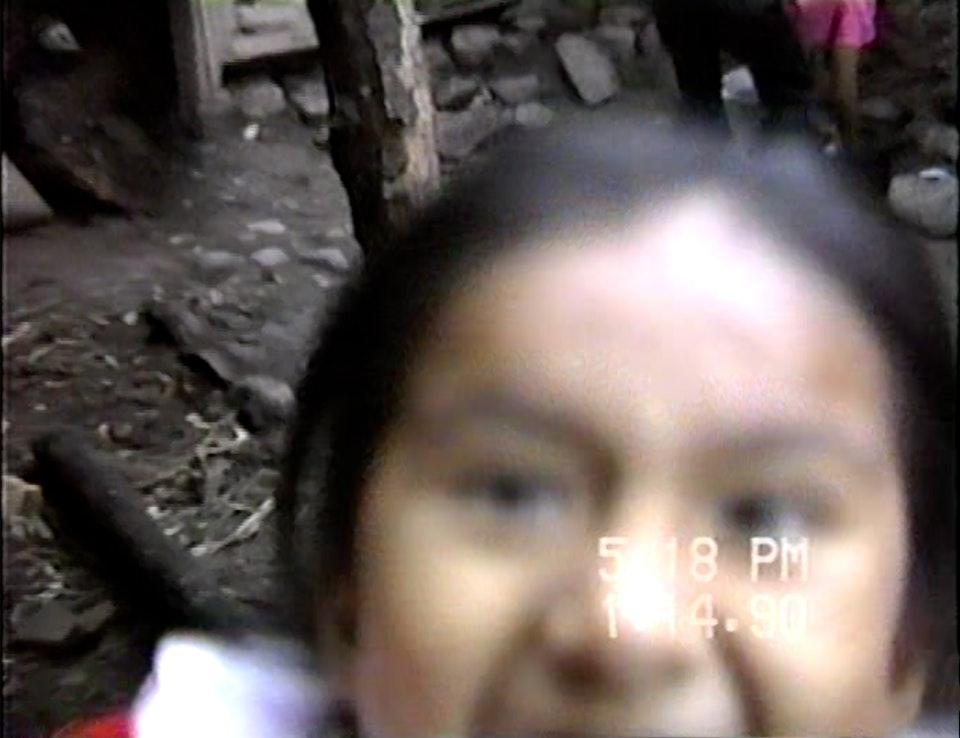 父亲过去还拍摄了许多影像短片。这是他和家人去秘鲁南部的一次旅行。他的声音是可以辨认的。Paola发现父亲短暂地出现在视频中,因为他总是躲在摄像机后面。这是姐姐正在靠近父亲的定格画面。