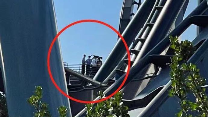 北京环球度假区霸天虎过山车出故障,游客从维修梯撤离