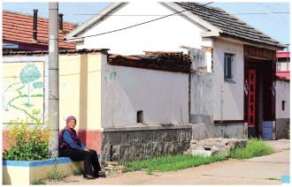 图为2020年4月20日,青岛市西海岸新区营南头村,一位留守老人坐在村头晒太阳。CFP供图