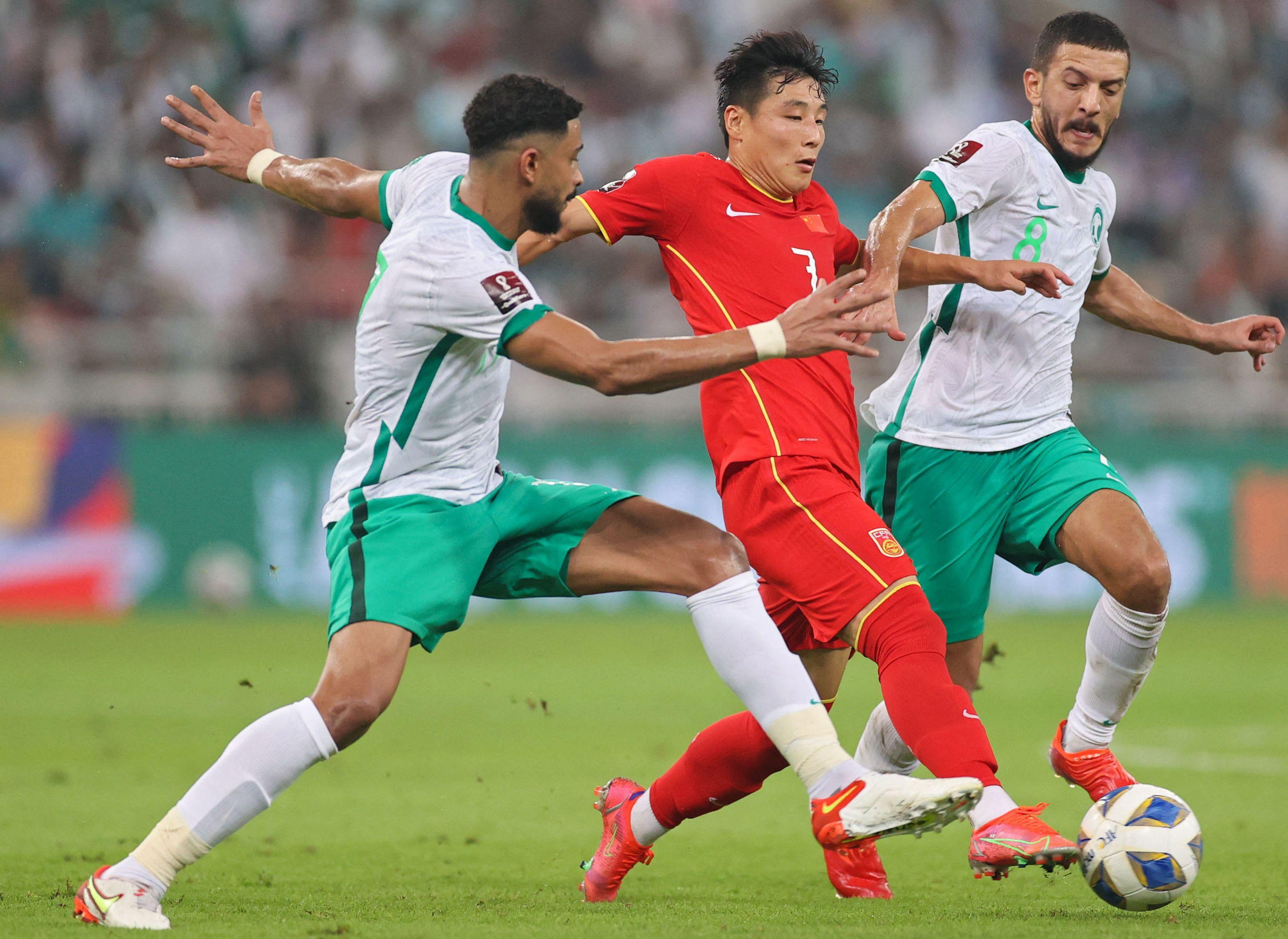 沙特球员夹防武磊。