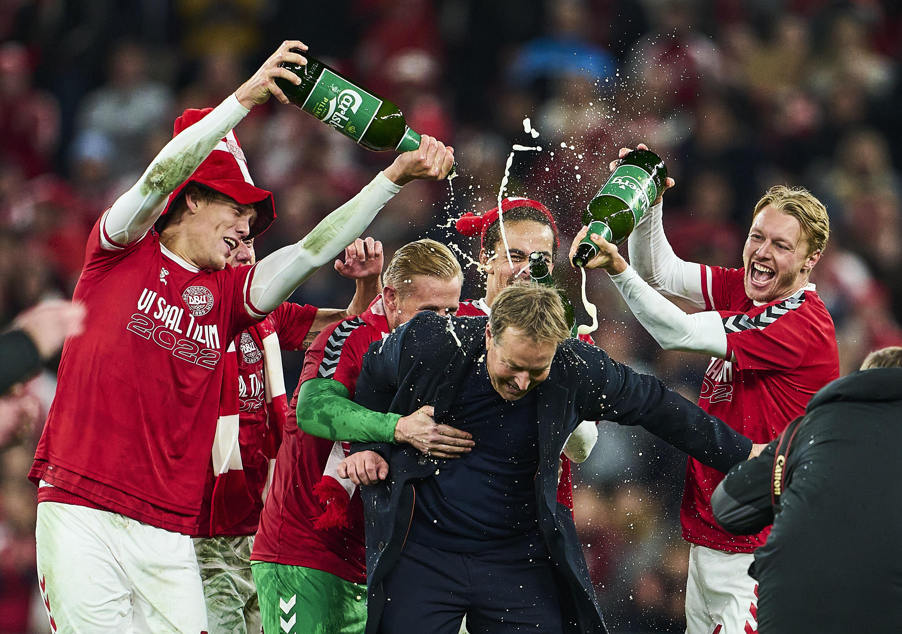 丹麦球员给主帅浇香槟。