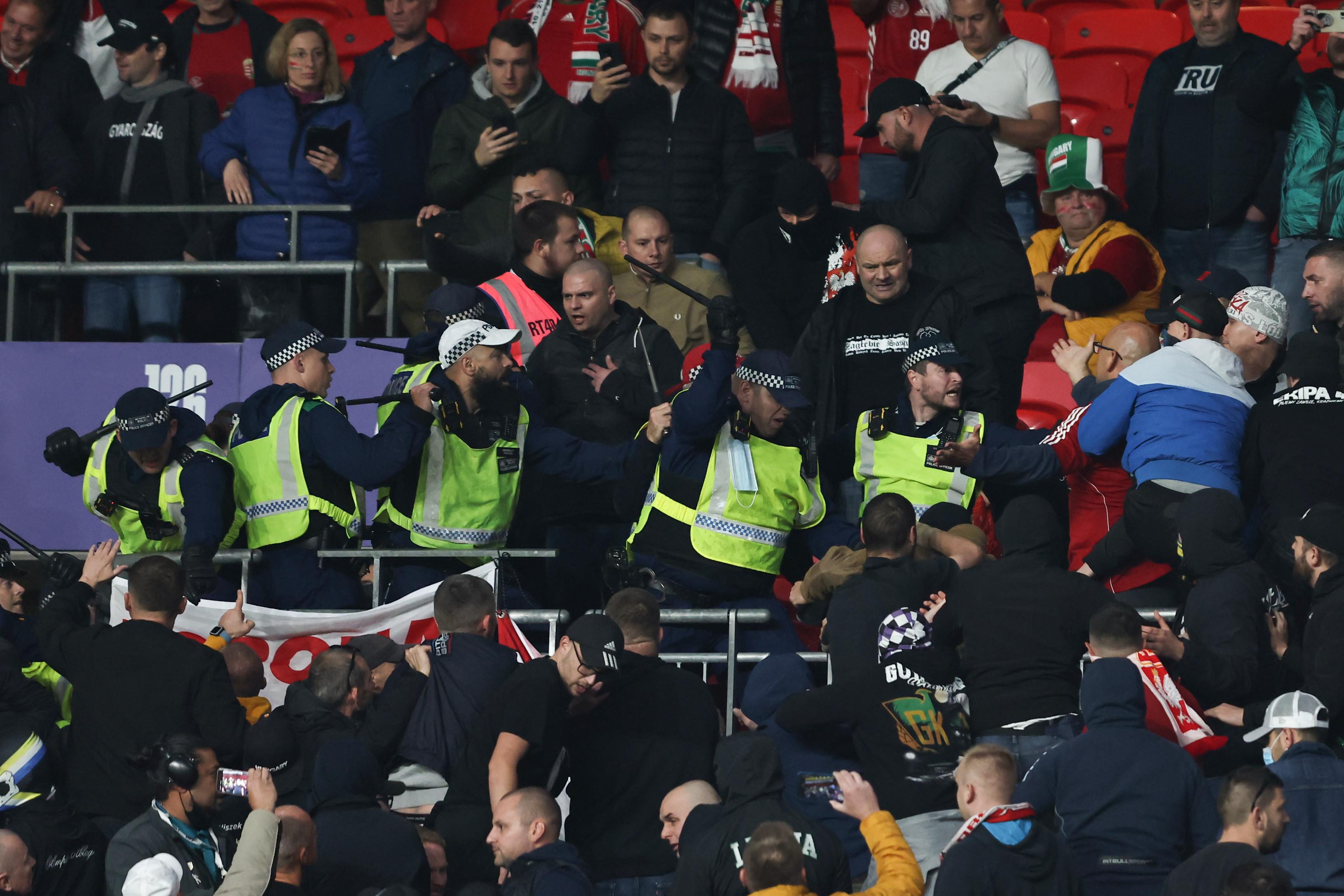英格兰警察和匈牙利球迷大打出手。