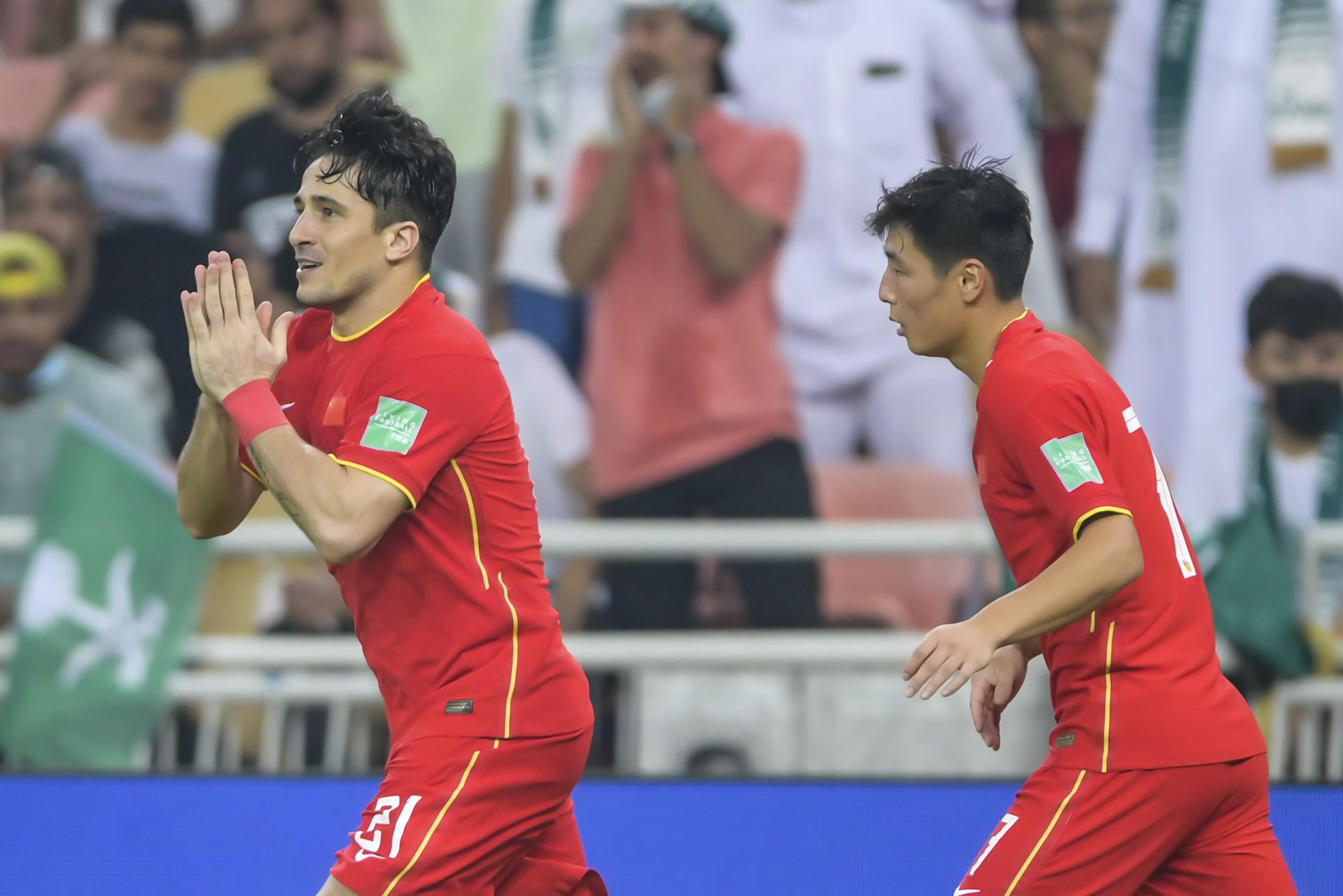 洛国富(左)为国足进球。