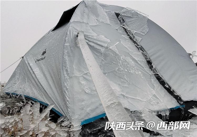 搜救队帐篷上全是冰。