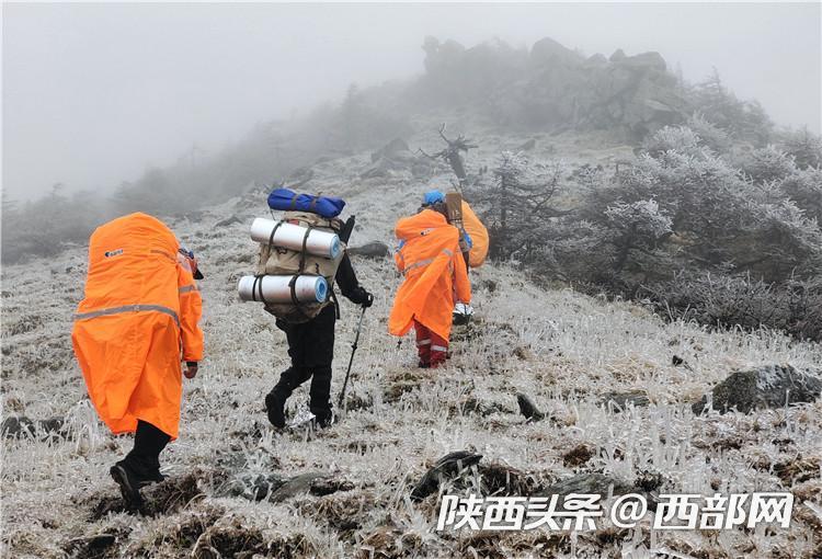 救援队搜救驴友途中。