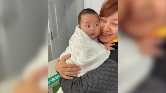 """宝宝排队打疫苗听到哭声吓成""""表情包"""",妈妈:搞笑又心疼"""