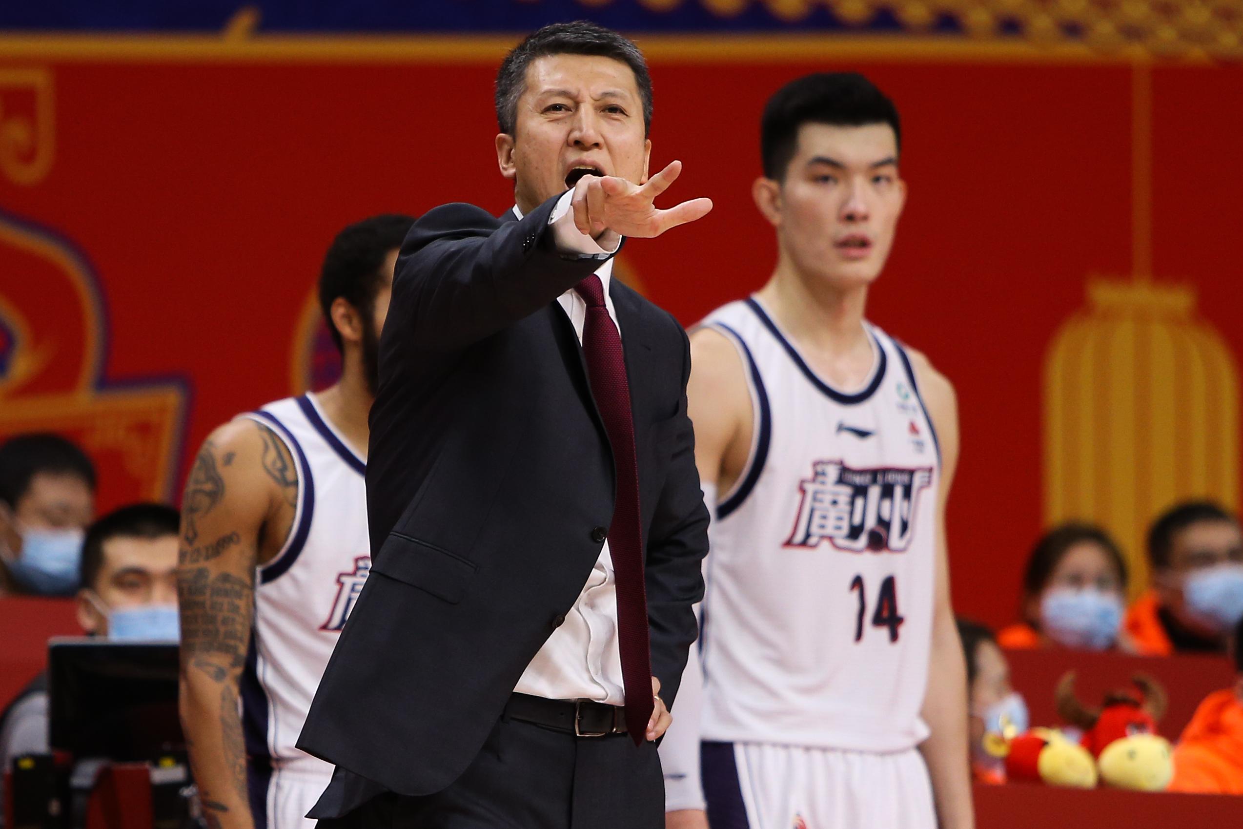 郭凯(右)等球员在郭士强手下,得到了长足的进步。