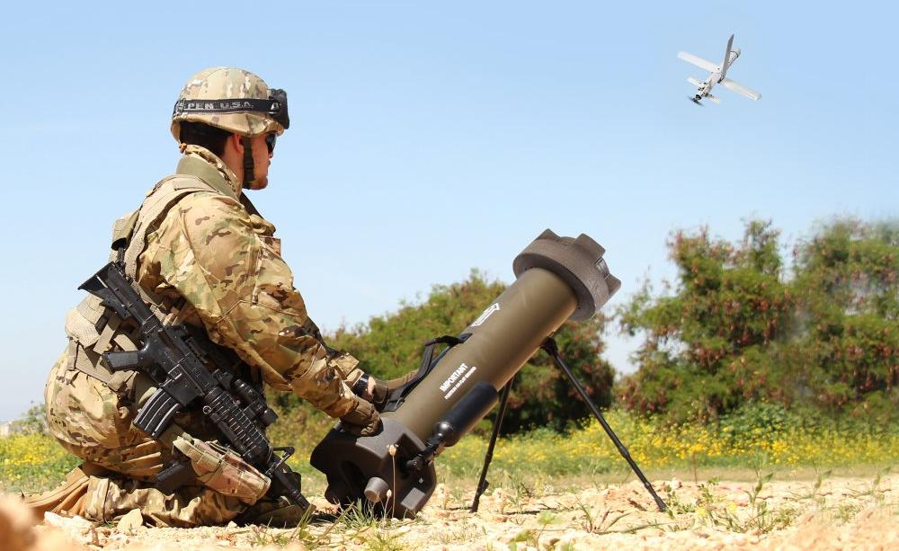 巡飞弹的出现将改变陆战模式。图为单兵发射巡飞弹。