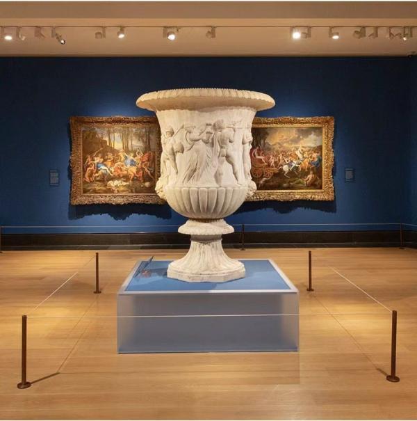 """展览现场,巨大的博尔盖塞花瓶和两件普桑的""""胜利"""",突出其作品考古学的意味。"""