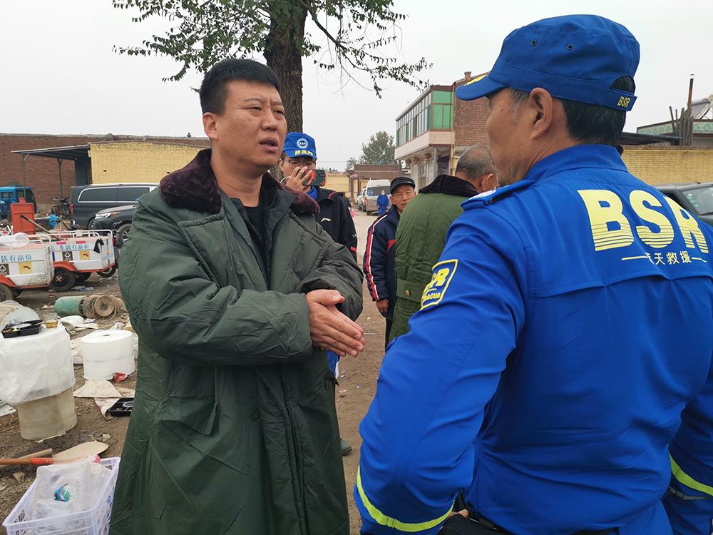 徐延峰请求救援队在村中多呆一会,尽量能帮村子多排些水。 本文图片均为澎湃新闻记者 戴越 图