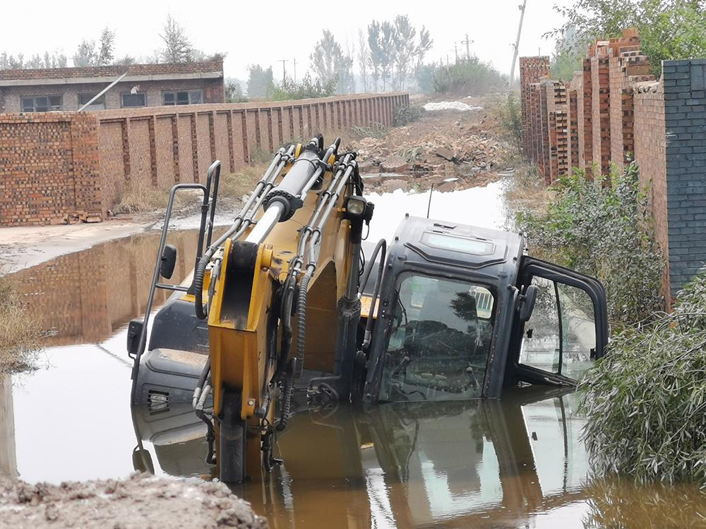 抗洪过程中陷入水中的挖掘机,至今没有被救出。