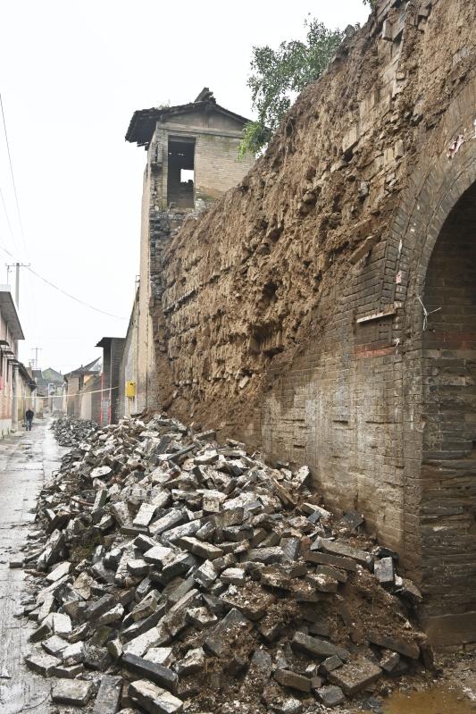 山西省襄汾县西中黄村进士院一处院墙外包砖脱落(10月12日摄)。新华社 图