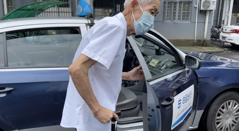 10月14日上午,上海市民范老先生拨打114叫到了出租车,叫车过程十分顺畅。 本文图片 澎湃新闻记者陈逸欣