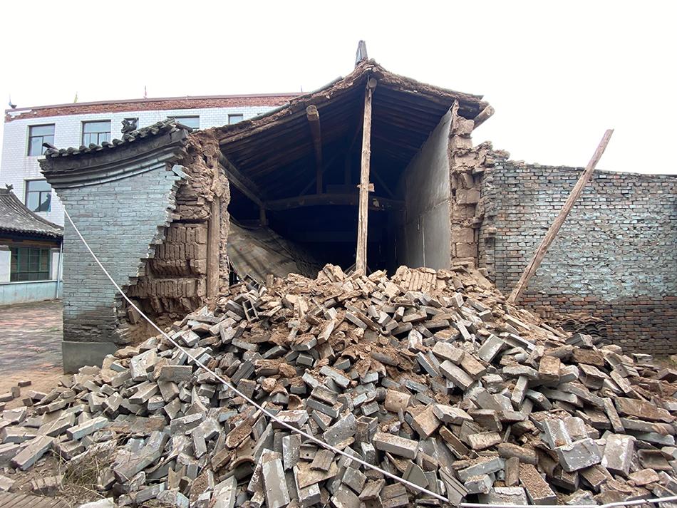 平遥县洪善镇沿村堡村的古佛堂一厢房受降雨影响出现墙体垮塌。 澎湃新闻记者 何锴 图