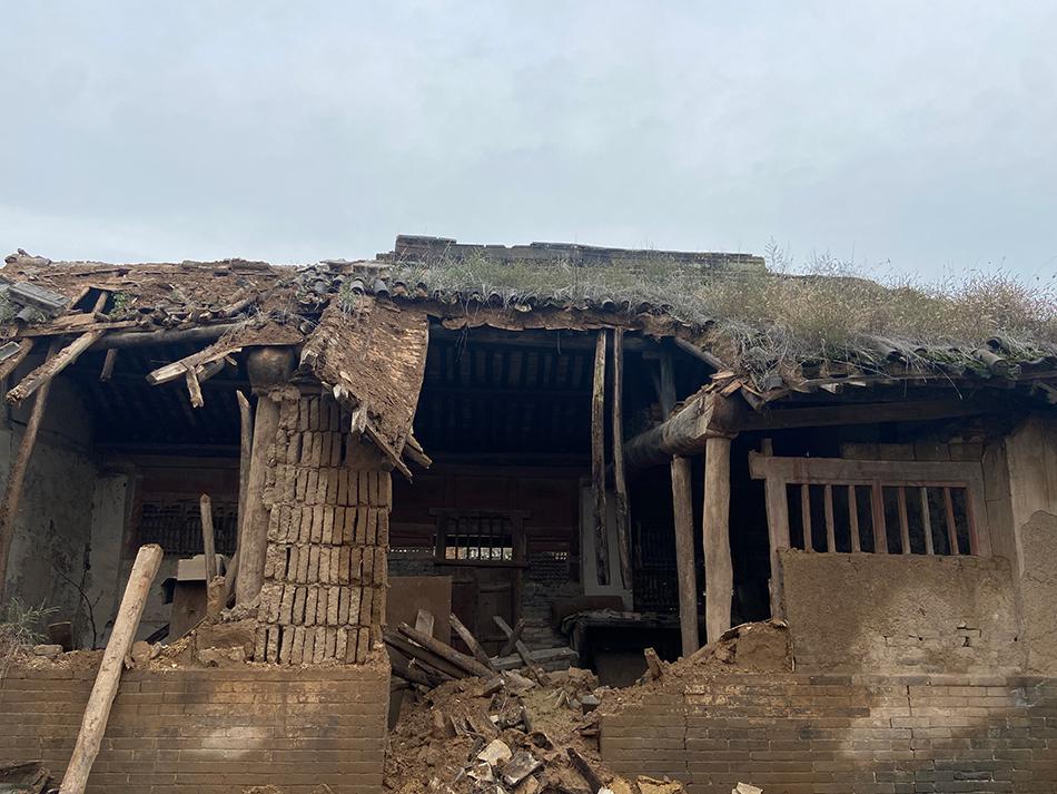 平遥县某村的未定级不可移动文物三教院房顶垮塌。