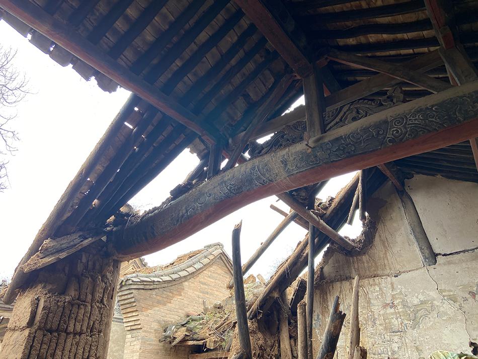 垮塌的三教院房顶。