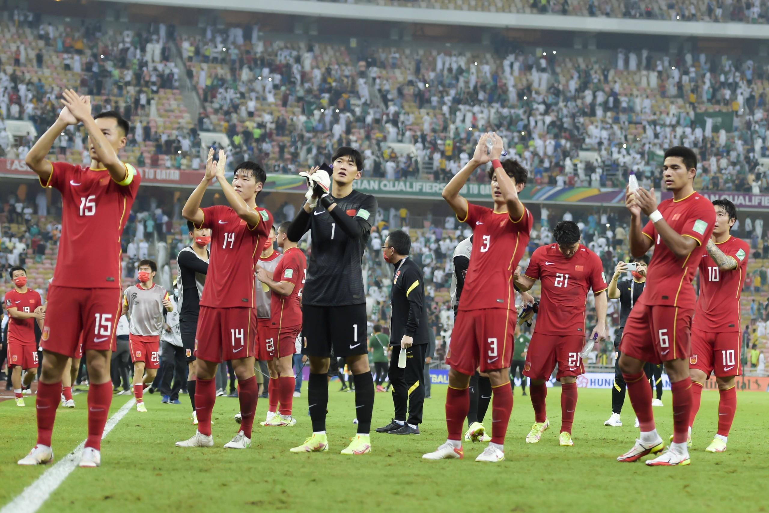 国足球员在对阵沙特赛后,感谢来到现场的中国球迷。