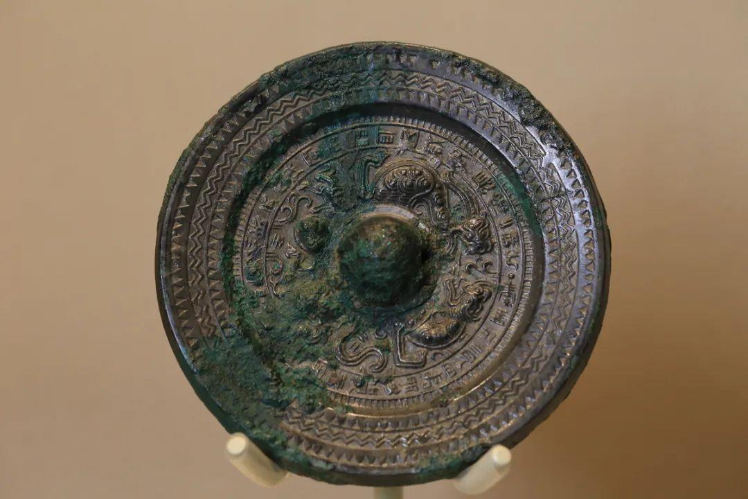 """""""青盖""""龙虎纹镜,东汉至三国魏晋,直径12.3厘米"""