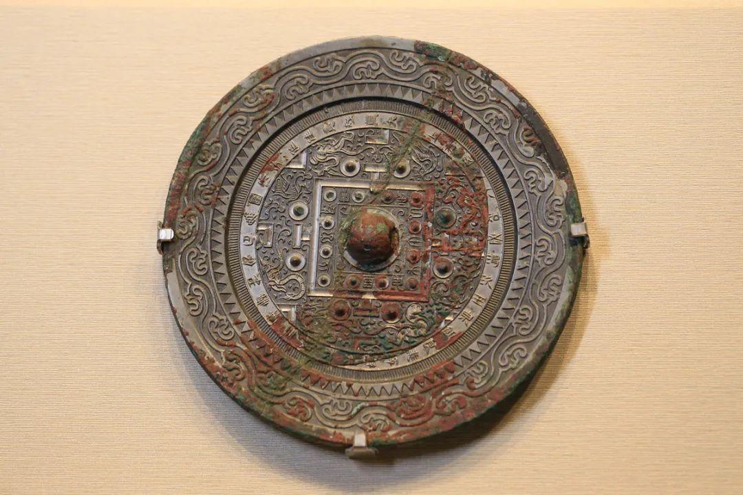 """""""佳镜""""四神博局纹镜,汉,直径19厘米"""