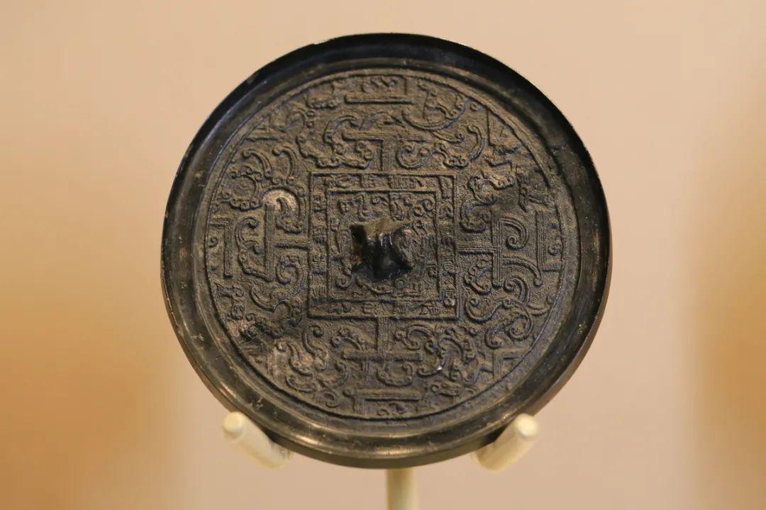 """""""大乐贵富""""博局纹镜,汉,直径11厘米"""
