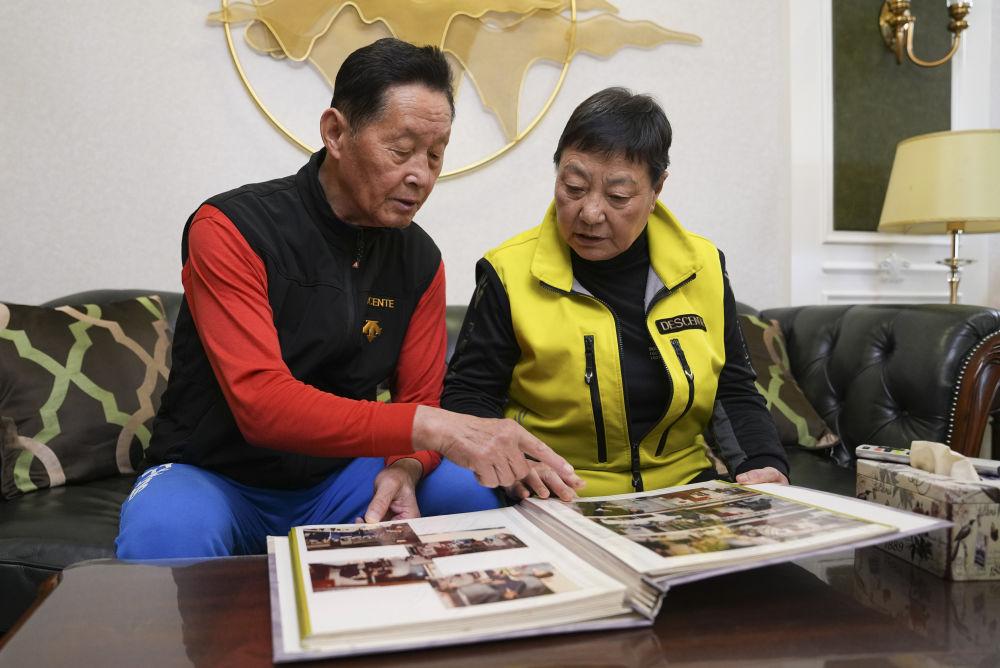 10月12日,朴东锡(左)、张桂珍在家中翻看老照片。新华社记者许畅摄