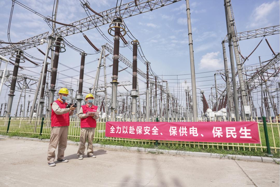 国家电网公司员工在变电站巡视设备