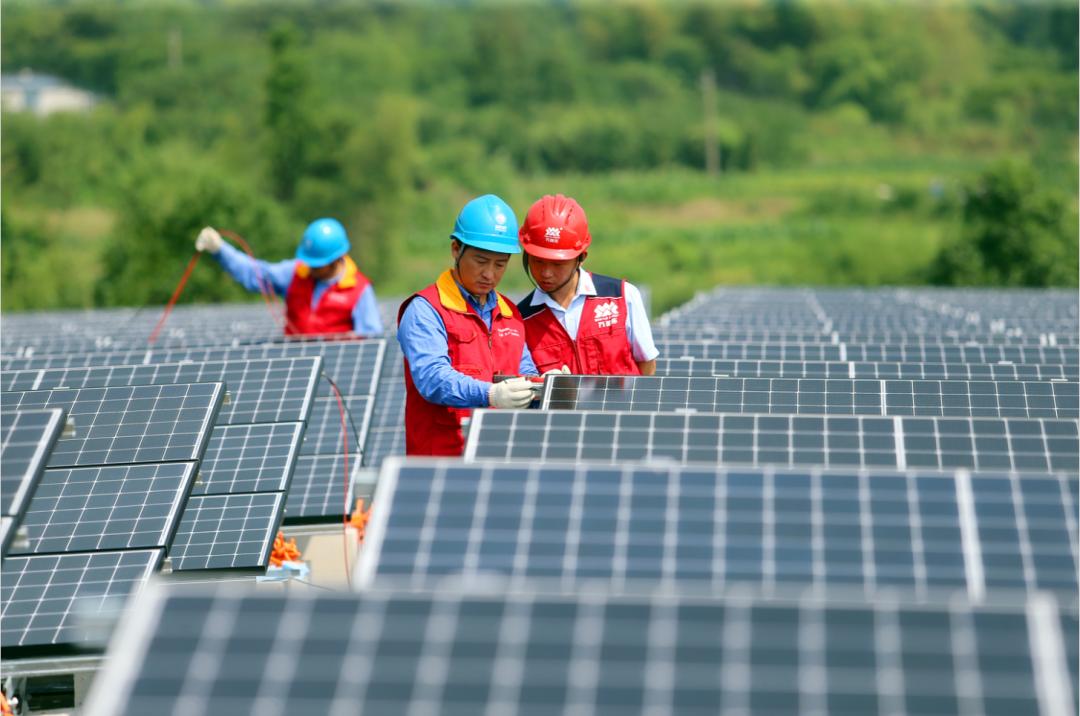 国网浙江宁波供电公司员工为企业屋顶光伏电站并网进行检查和验收