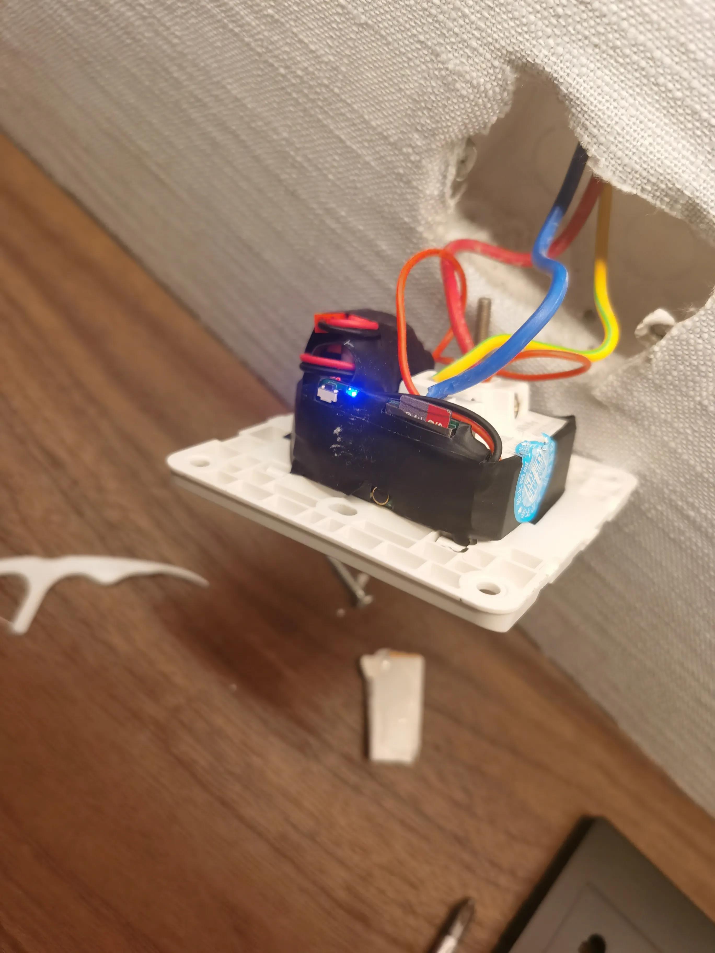 唐女士在酒店中发现插座藏有针孔摄像头 受访者供图