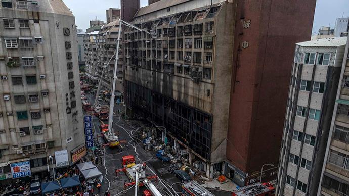 台湾高雄大楼火灾起火点已初步确定,两名嫌疑人被移送检方