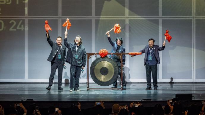 第八届乌镇戏剧节回来了,熟悉的开幕大锣再度被敲响