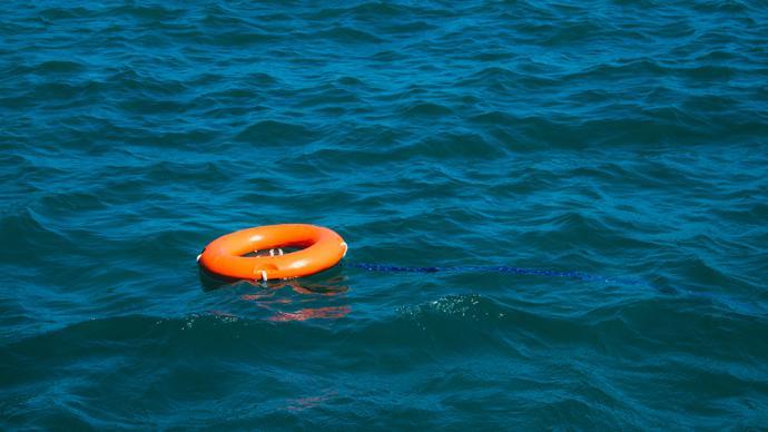 浙江通报:一渔船在东海海域锚泊避风时沉没,仍有11人失联