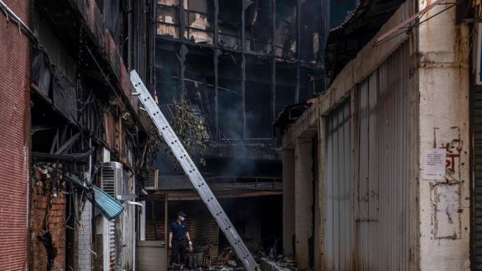 台湾高雄大楼火灾现场:部分楼层防火门缺失,致浓烟向上蔓延