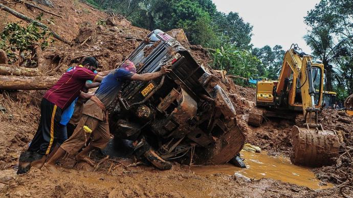 印度南部遭暴雨袭击已致27死,救援队发现三个孩子相拥离世
