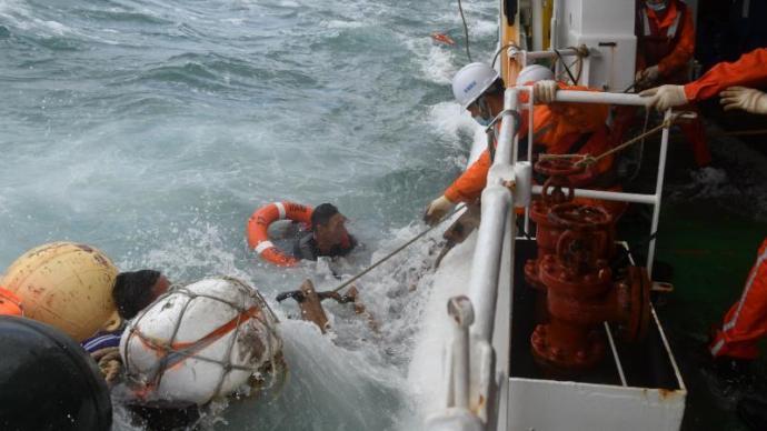 东海海域一艘渔船昨夜沉没,2人获救11人失联