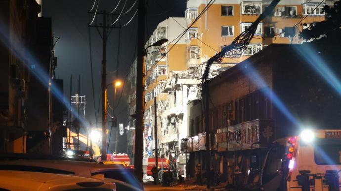 沈阳爆燃现场:数百人转移至安置酒店,燃气公司深夜仍在排查