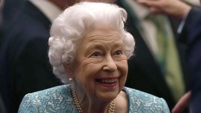 95岁英女王住院接受检查,此前首次在公开场合拄拐